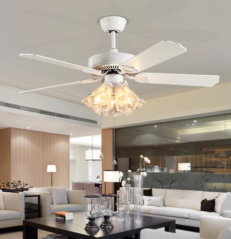 Phòng cách theo hơi hướng cổ điển nên chọn quạt trần kết hợp đèn chùm